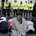 Abou Hamza dirigeant une priere de rue à Finsbury_