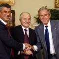 Le premier ministre kosovar Hashim Thaçi à gauche et le président des Etats-Unis George W. Bush à droite