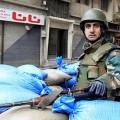 Un soldat syrien en faction dans les rues de Homs