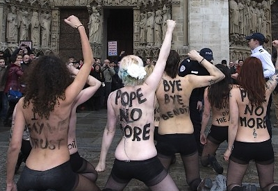 http://www.laplumeagratter.fr/wp-content/uploads/2013/02/Femen-%C3%A0-Notre-Dame-le-12-f%C3%A9vrier-2013-4.jpg
