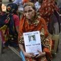 Une mère sans nouvelles de sa fille, ouvrière dans l'immeuble effondré...