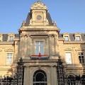 Le drapeau LGT au fronton d'une mairie d'arrondissement de Paris
