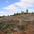 En haut de la crête, les vestiges d'une ancienne église romane datant des XIe et XIIe siècle