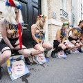 Les Femen urinent sur la photo du président ukrainien devant son ambassade..