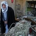 Un homme contemple les ruines de sa maison après une attaque à la voiture piégée dans le secteur de Shuala, à Bagdad, en janvie