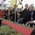 Marine Le Pen au milieu des extrêmistes de droite, des « hordes fascistes » au salon de l'agriculture (25 février 2014)