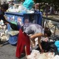 De plus en plus de Grecs font les poubelles pour survivre, mais les médias nous disent que la Grèce va mieux...
