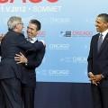 Juncker en 2012 dans les bras de Anders Fogh Rasmussen, secrétaire général de l'OTAN, sous le regard ravi de Barack Obama..