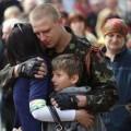 Un militant du Donbass, opposé au gouvernement de Kiev, étreint sa famille avant de monter au front...