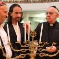 Le cardinal Bergoglio (aujourd'hui pape François) fêtant la hannuka juive, la kippa sur la tête, dans une synagogue en 2012