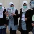 Des étudiantes palestiniennes protestent contre la pollution des usines israéliennes dans la zone industrielle de Nitzanei Shal