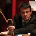 Manuel Valls, tordant un micro comme il tord la légitimité de la démocratie représentative