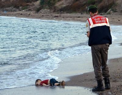 La photo du petit Aylan mort...Tout est bon aux médias et à nos politiciens dévoyés pour