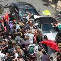 De pacifiques antiracistes attaquant des voitures à Charlottesville